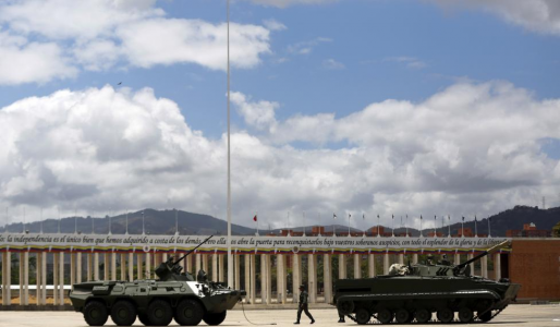 A Venezuelan soldier walks next to tanks during a defensive military exercise in conjunction with the general public in Caracas March 14, 2015 | Foto REUTERS/Carlos Garcia Rawlins