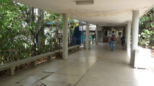 A simple walk around the university grounds offers an eerie display of decay and neglect. The main campus, designed by architect Carlos Raúl Villanueva in the fifties and declared UNESCO World Heritage Site in 2000, has been deteriorating for years.