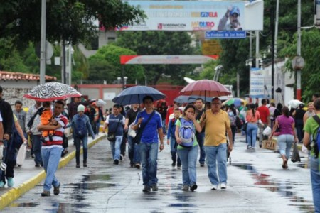 Rain did not prevent more than 35,000 people from doing their shopping in Colombia during the brief border opening